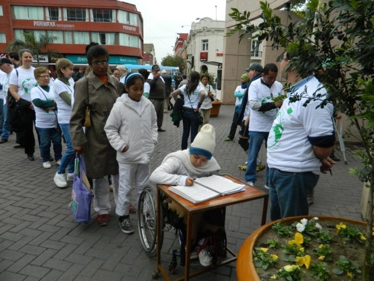 Lima. Before setting off on their march all participants signed a petition to the authorities asking for a binding climate agreement and policies to promote the use of clean energies.