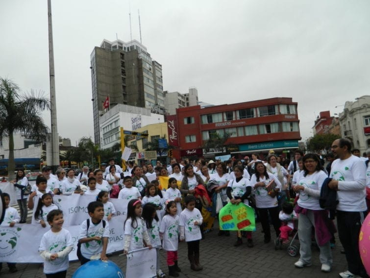 Lima. A modest group of around 500 people, including a special delegation of children with their parents and grandparents, met in Lima's Miraflores Central Park. The atmosphere was festive and even the policemen guarding the area put on 'let's save the planet' badges.