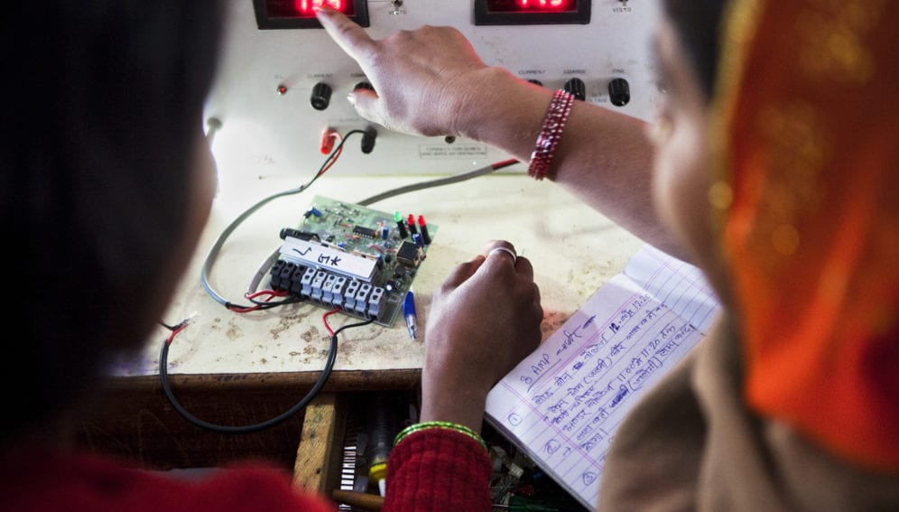 indian women learning solar power engineering_panos