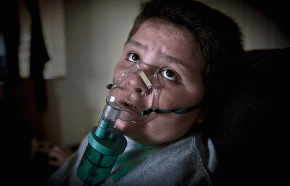 woman_with_oxygen_mask_panos_ami_vitale